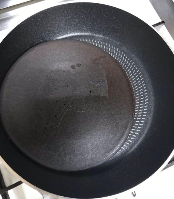 черный блин на сковороде