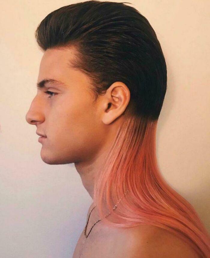 парень с розовыми волосами
