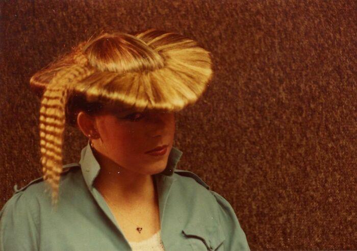 девушка с прической в виде шляпы