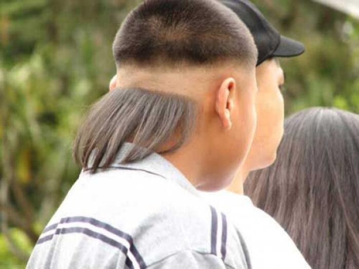 парень с прядью волос на затылке