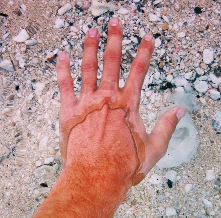 мужская рука в воде