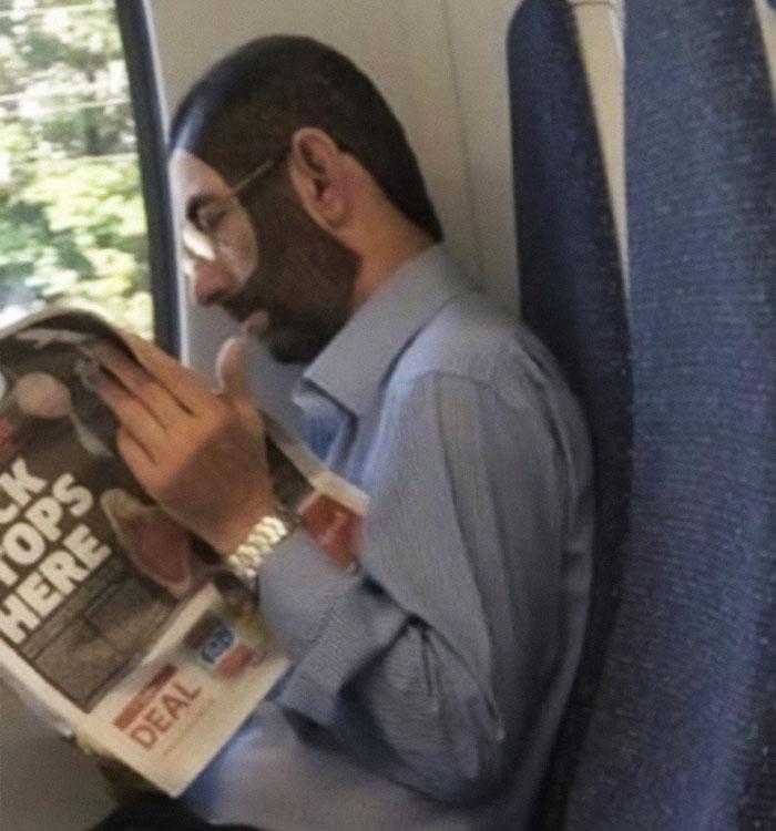 мужчина в очках читает газету