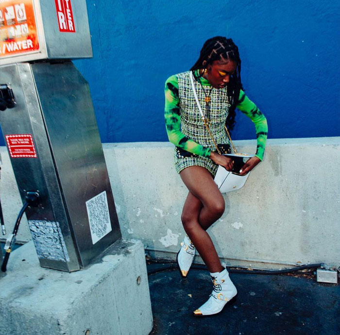 чернокожая девушка в зеленой одежде