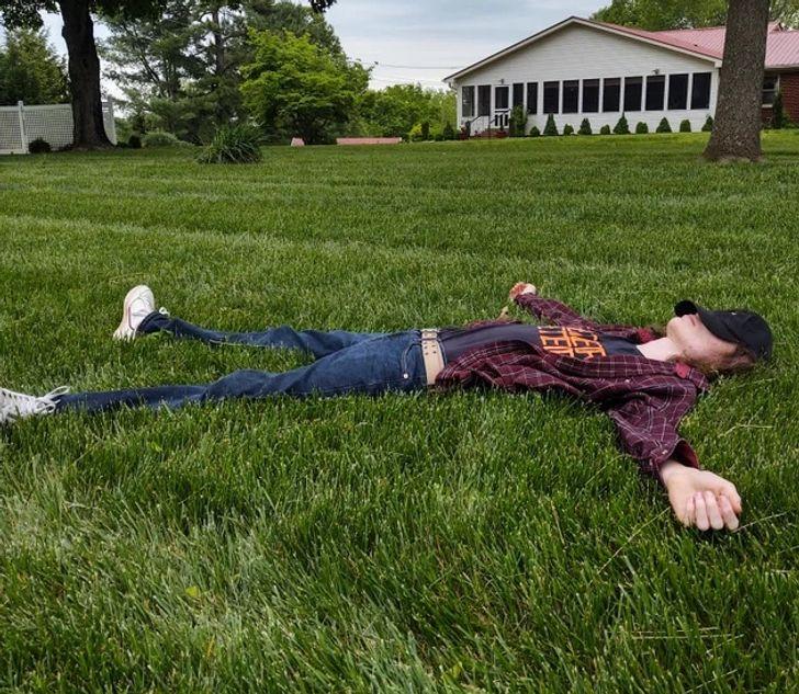парень лежит в траве