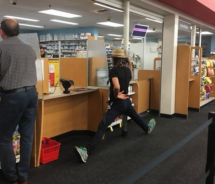 парень в шляпе в магазине