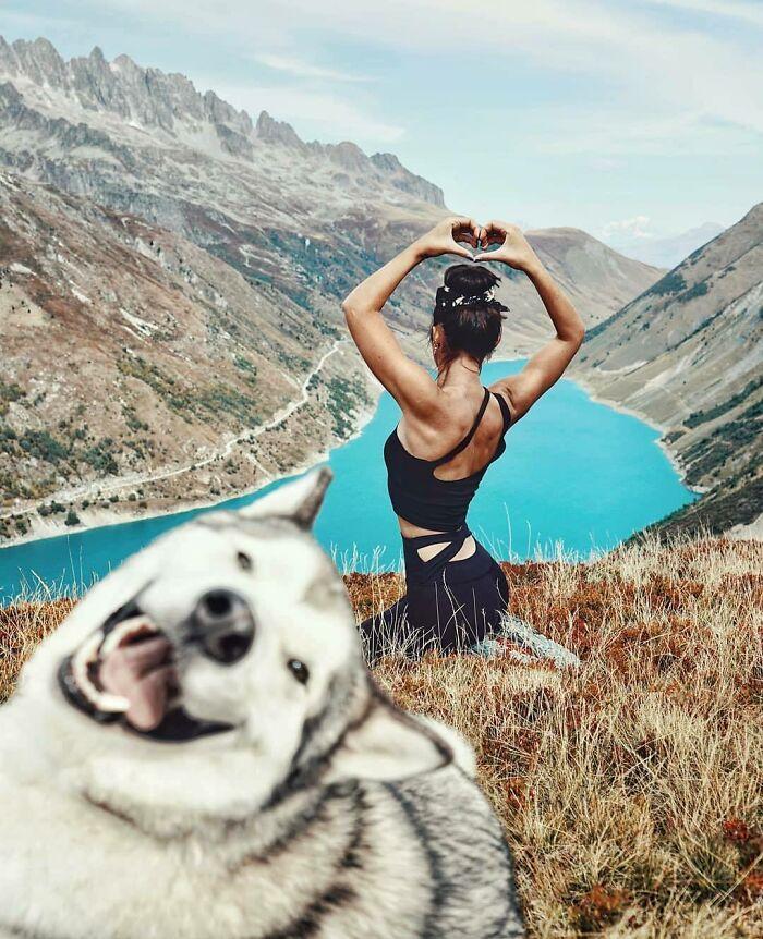 девушка и собака на фоне гор