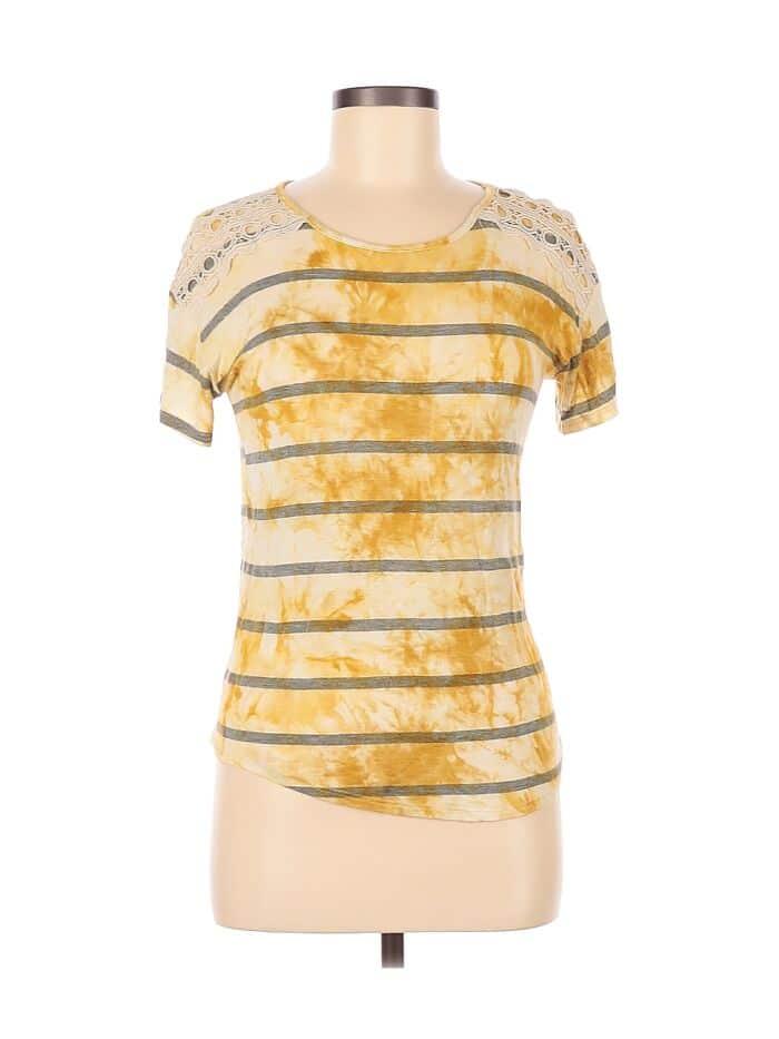 полосатая футболка в желтых разводах