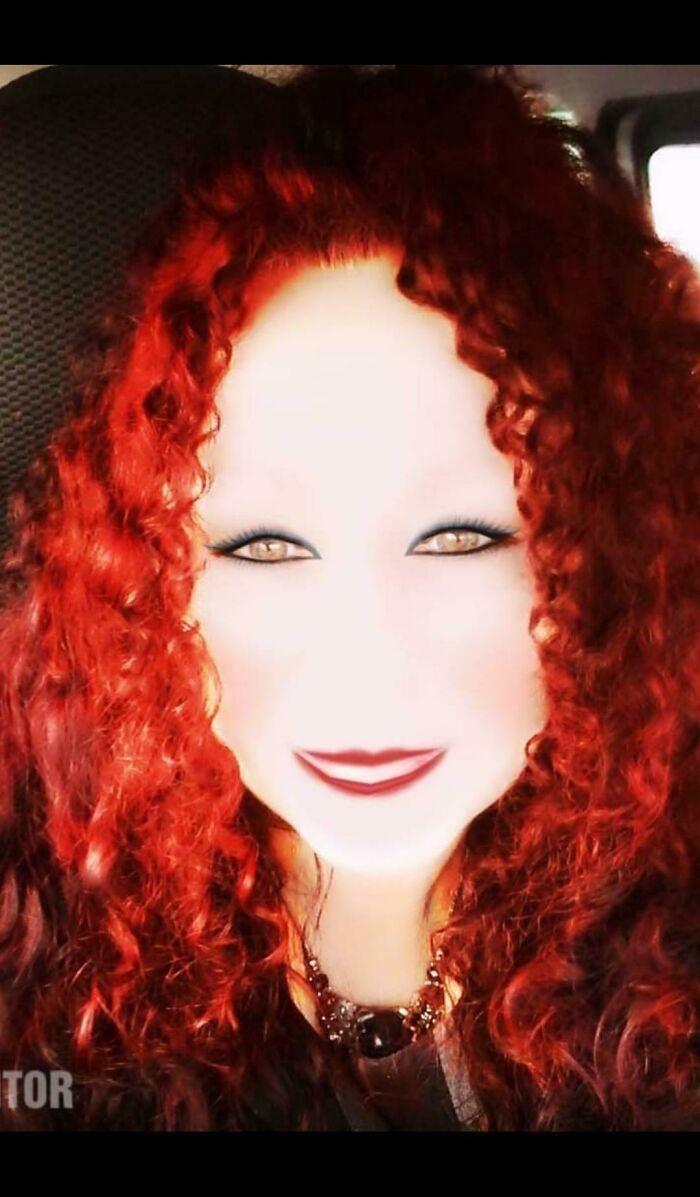 рыжая кучерявая женщина