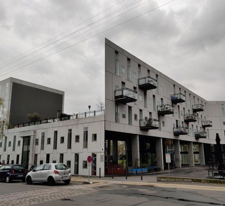серое здание