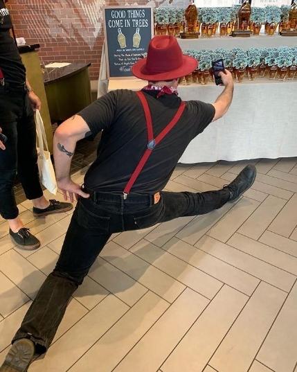 мужчина в шляпе делает селфи