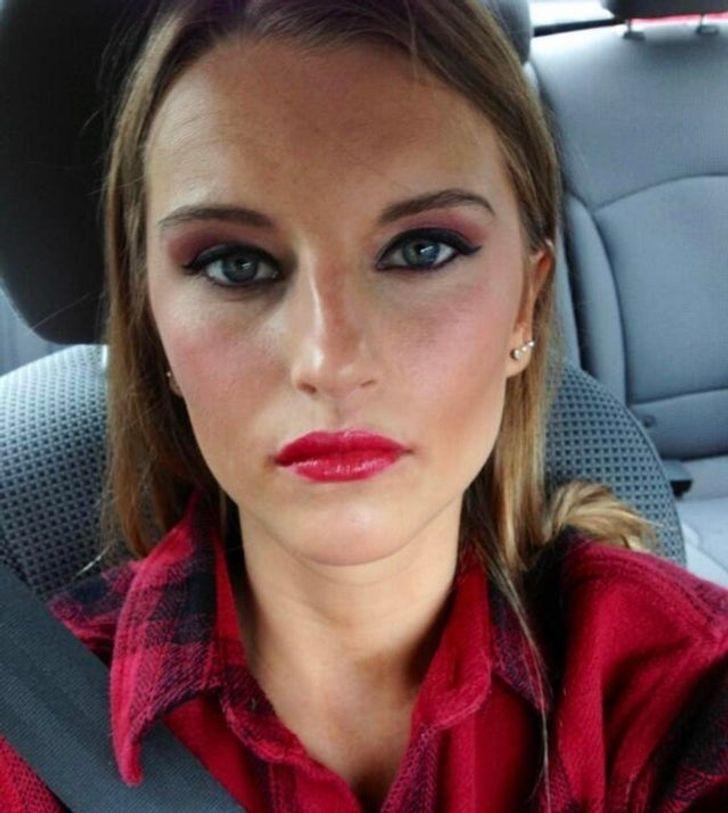 девушка с яркими губами в авто