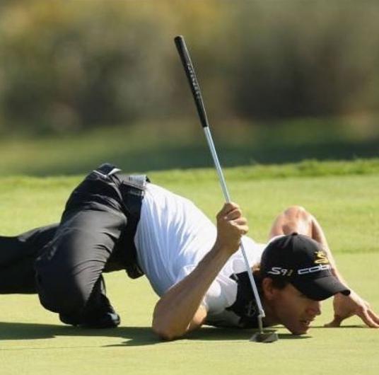 игрок в гольф лежит на траве