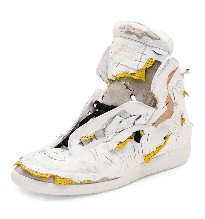 белый порванный кроссовок
