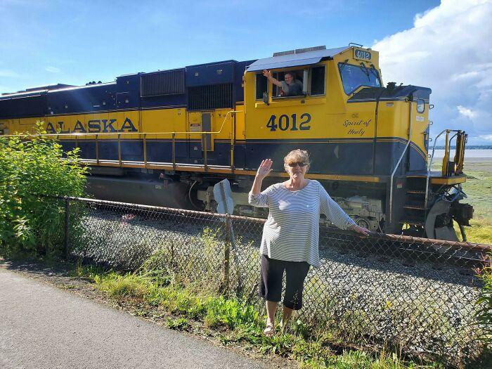 женщина позирует на фоне локомотива