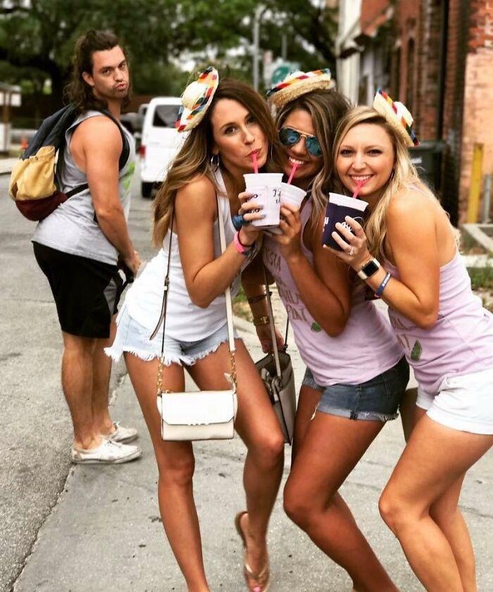три девушки с напитками