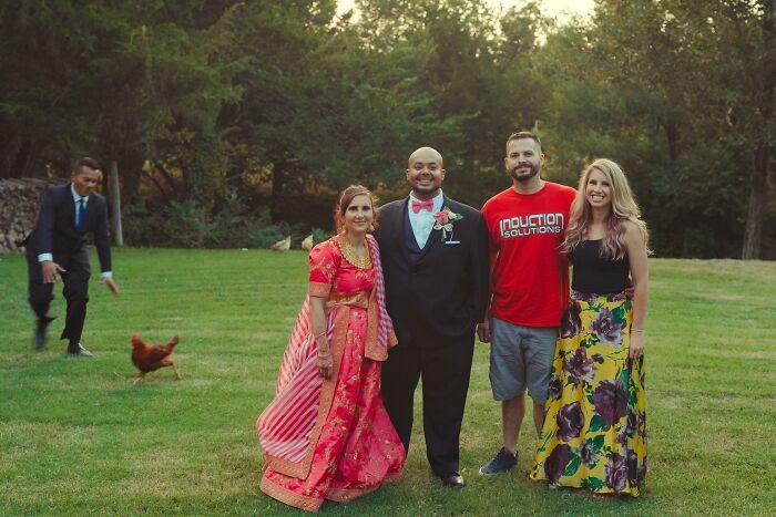 свадебное фото на лужайке