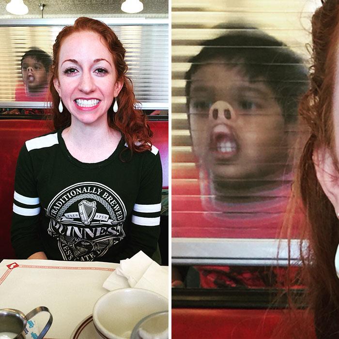 девушка улыбается за столиком