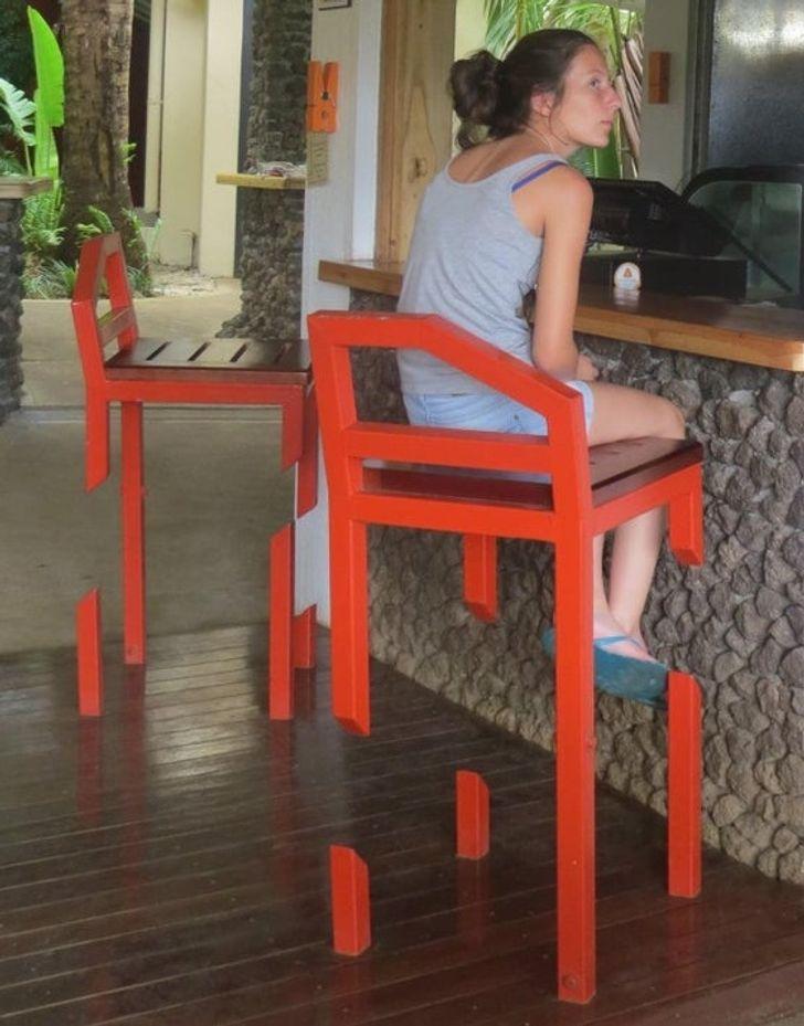 девушка сидит на красном стуле
