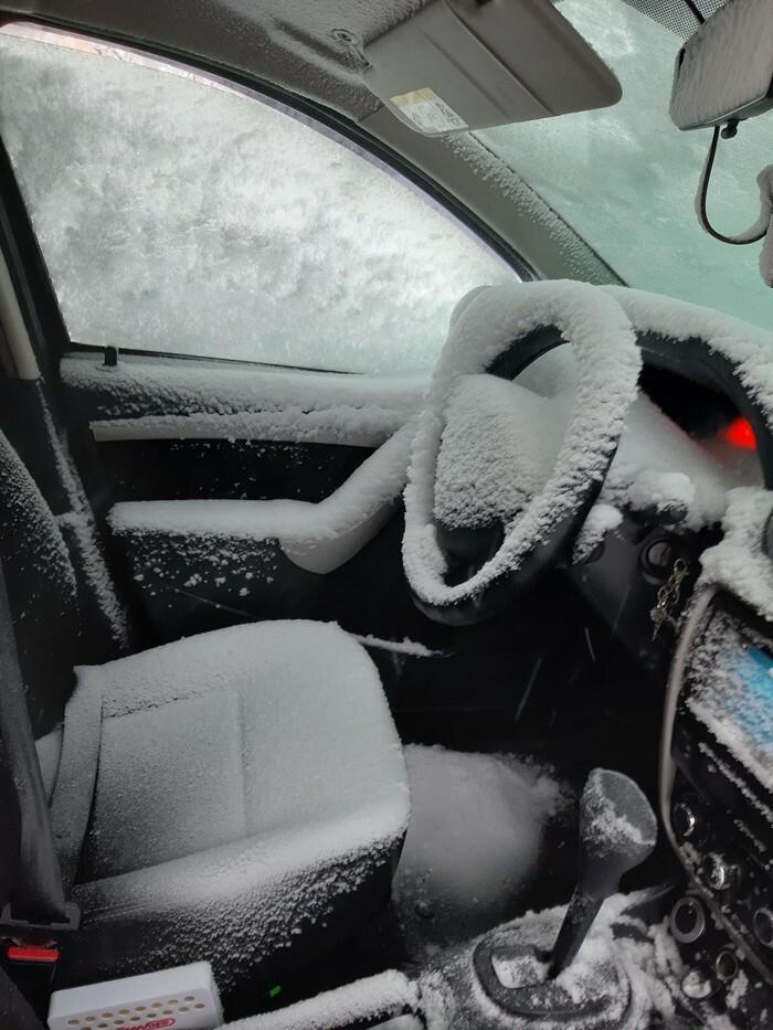 салон авто в снегу