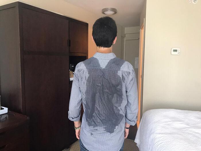 парень с мокрой рубашкой на спине