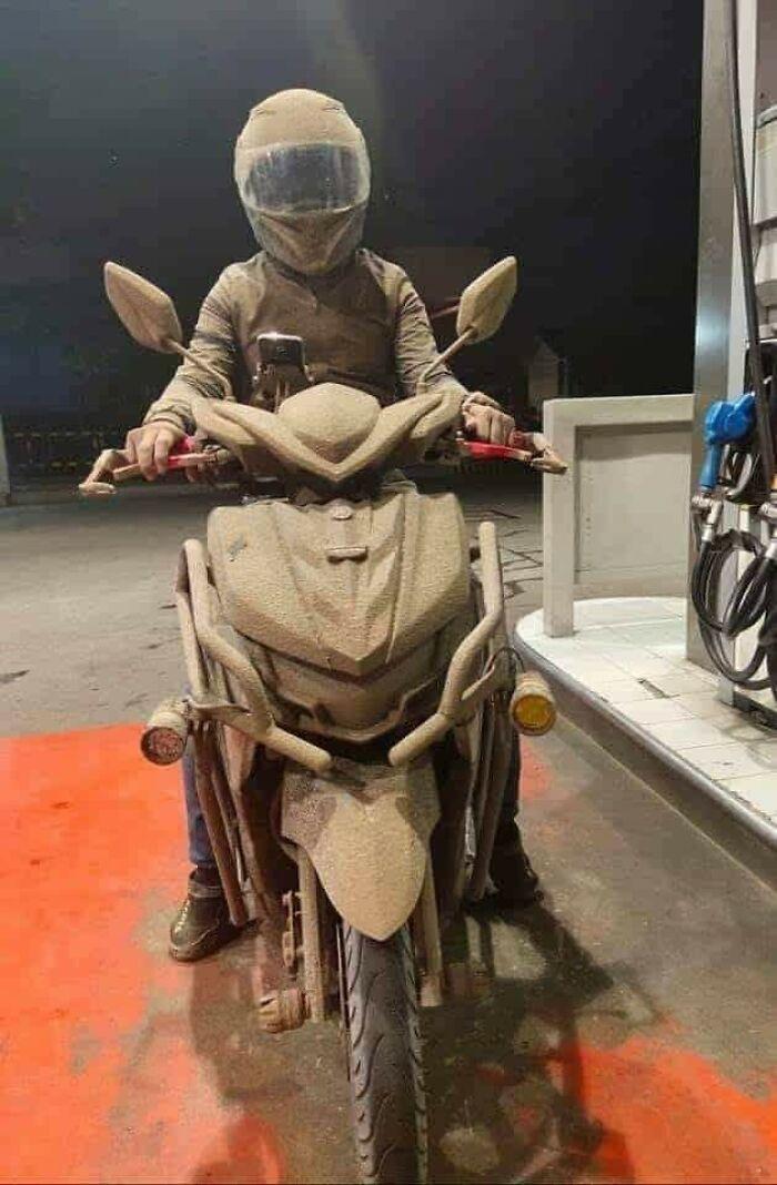 парень на мотоцикле в пепле