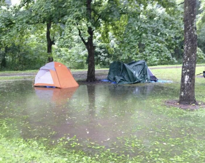 две палатки в воде