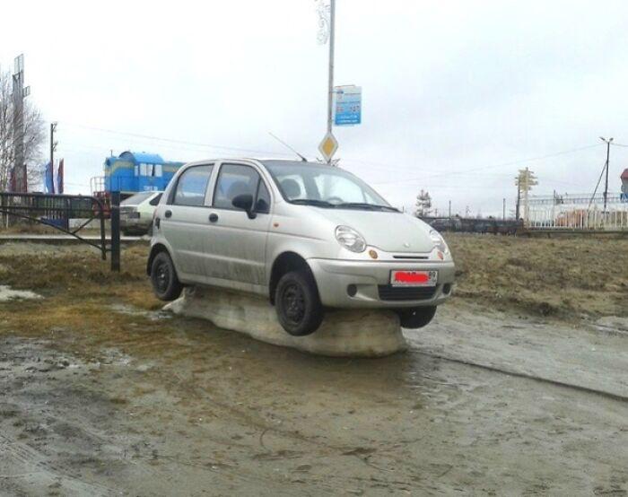 машина стоит на куске льда