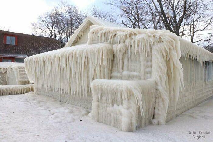 дом, покрытый льдом