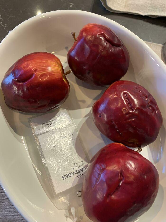 4 пластмассовых яблока