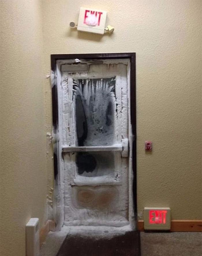 дверь замерзла