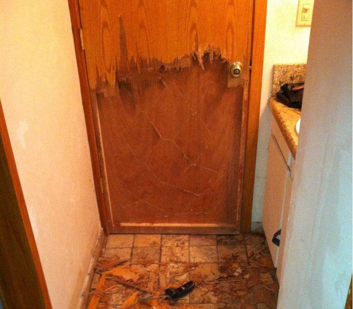 погрызанная дверь