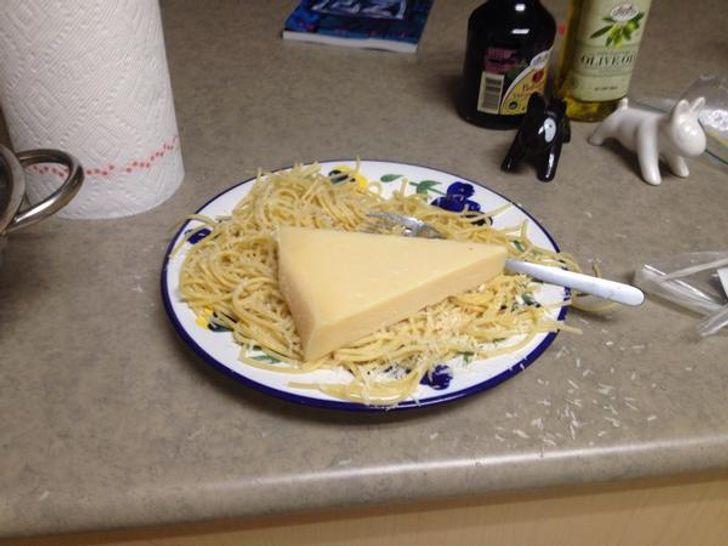 кусок сыра в вермишели на тарелке