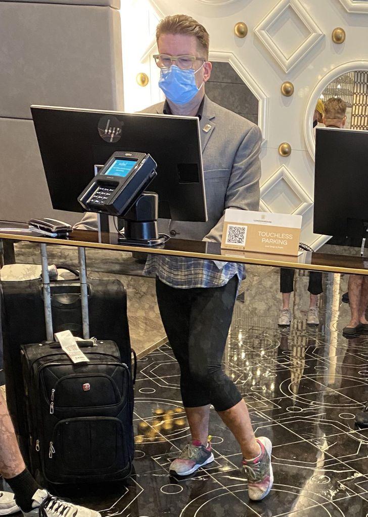 мужчина за стойкой регистрации