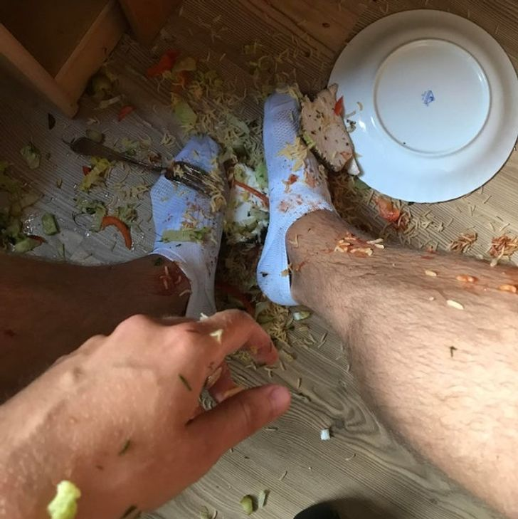 опрокинутая на пол тарелка с едой