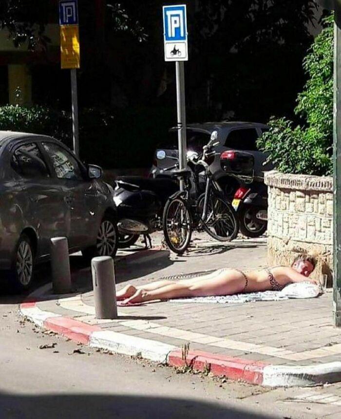 девушка загорает на тротуаре
