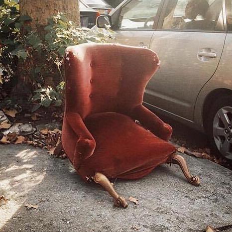 красное кресло под деревом на улице