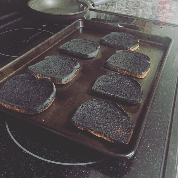 сгоревший хлеб на противне