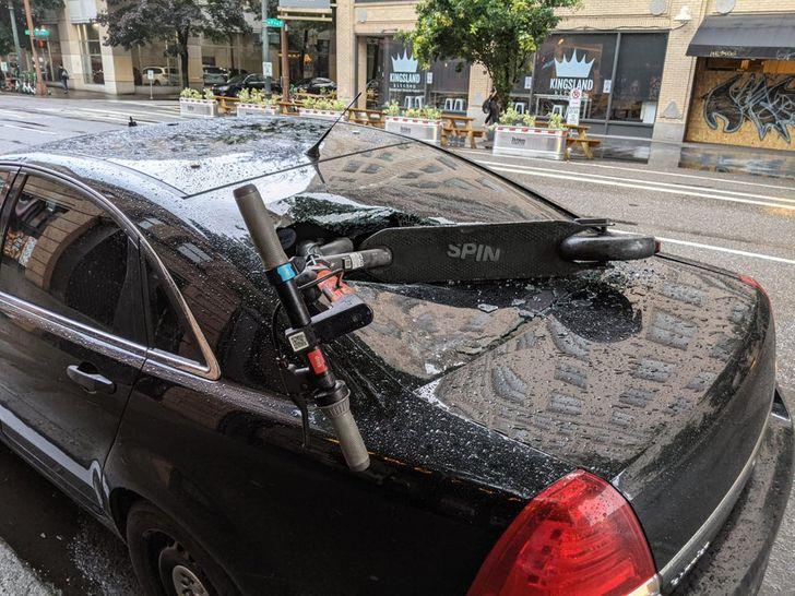 самокат пробил заднее стекло в черной машине