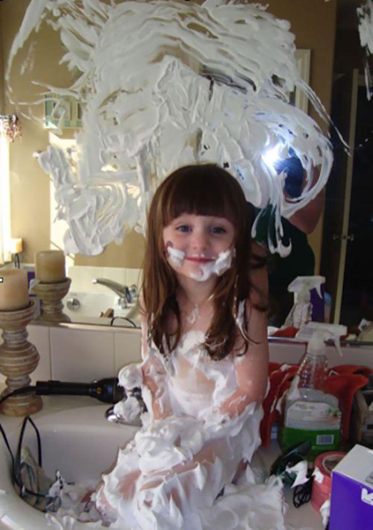 девочка в пене для бритья