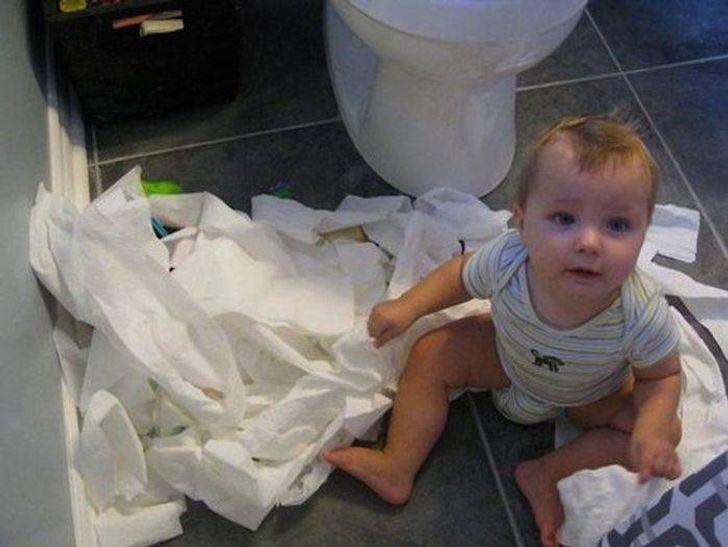 ребенок сидит на полу в туалете