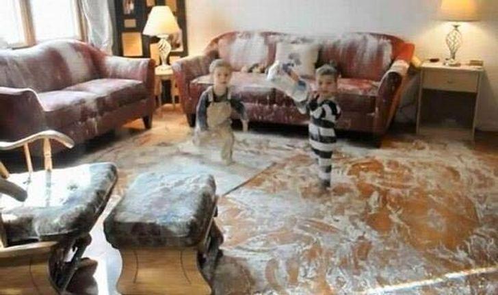 два мальчика в комнате, залитой краской