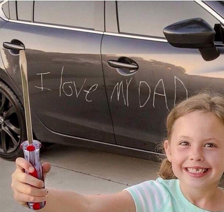 девочка с отверткой и царапина на машине