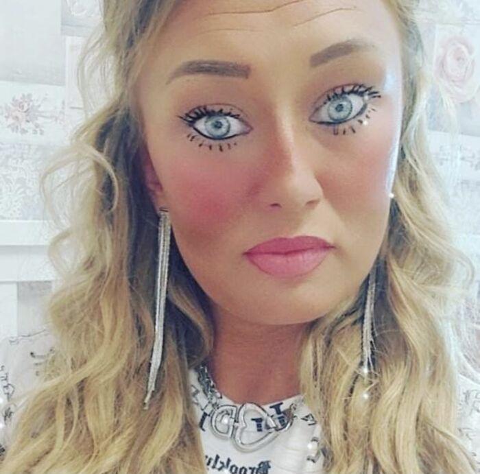 блондинка с нарисованными глазами