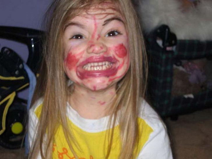 девочка обрисовала помадой лицо